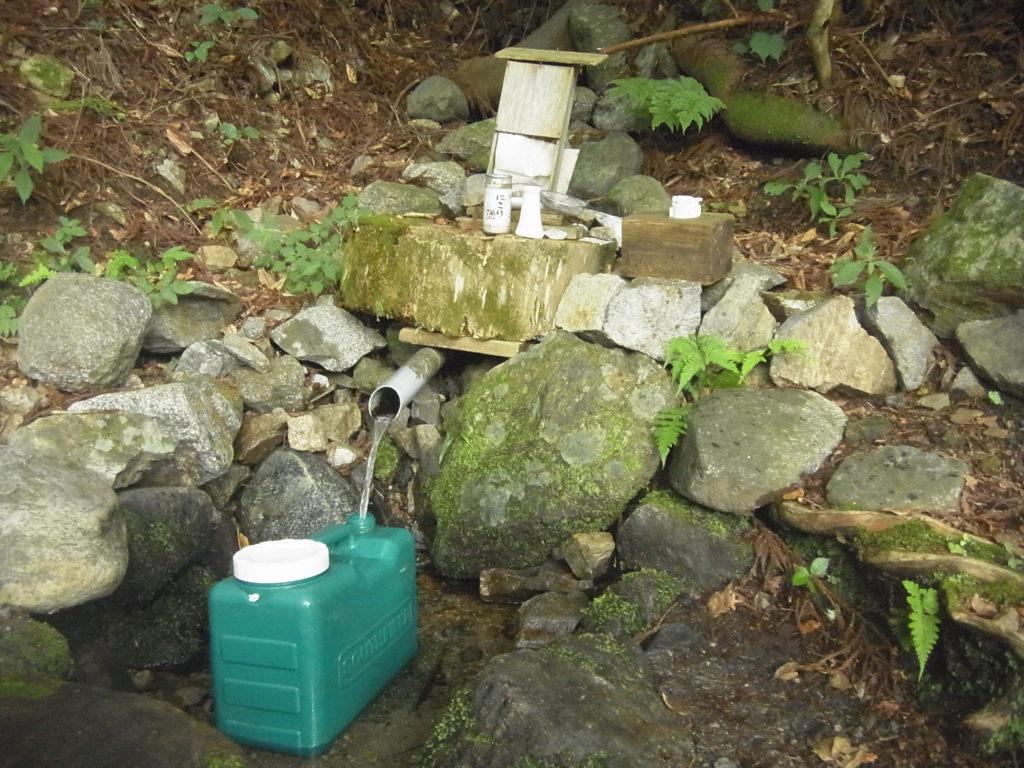 湧水を汲みに行く。