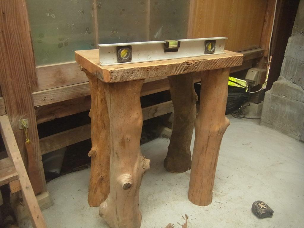 槙の木を柱に台を作る。