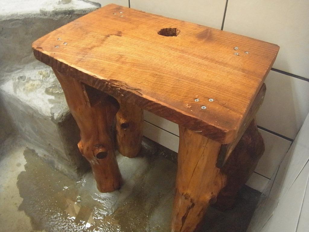 槙の木の台に、排水用の穴を空ける。