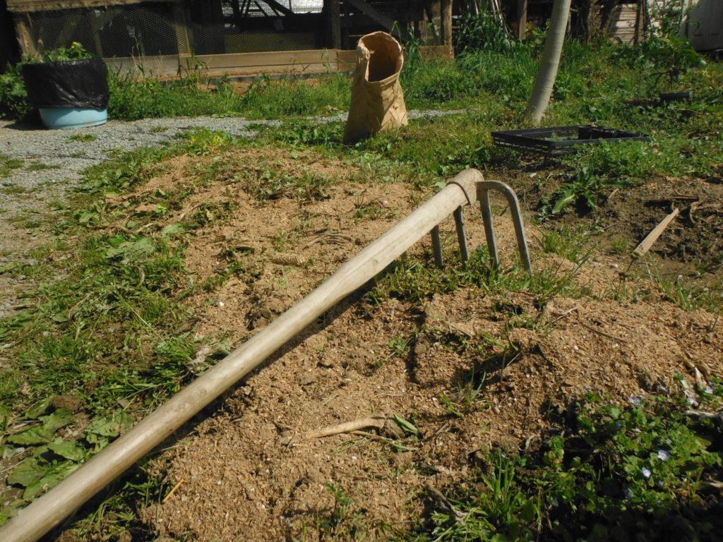 鶏糞堆肥を施す。