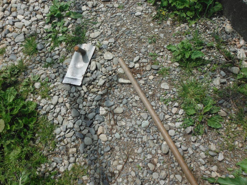 鍬の柄が折れる。