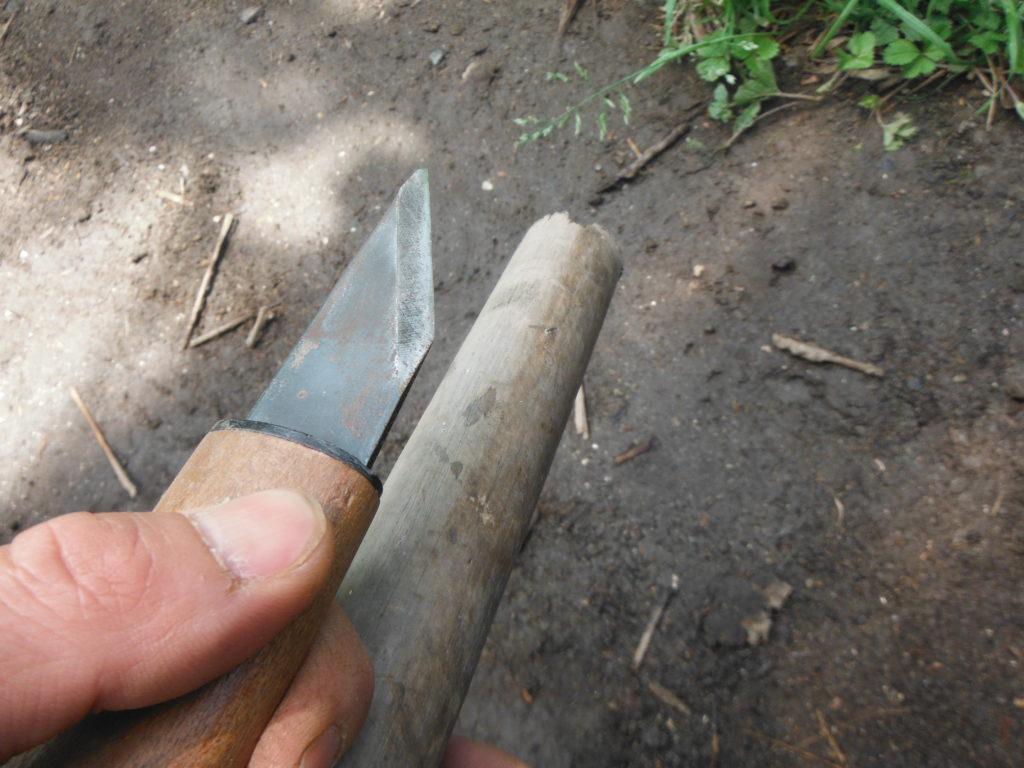 鍬の柄と小刀。