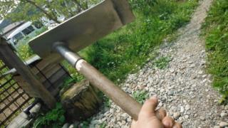 折れた鍬の柄の修理。