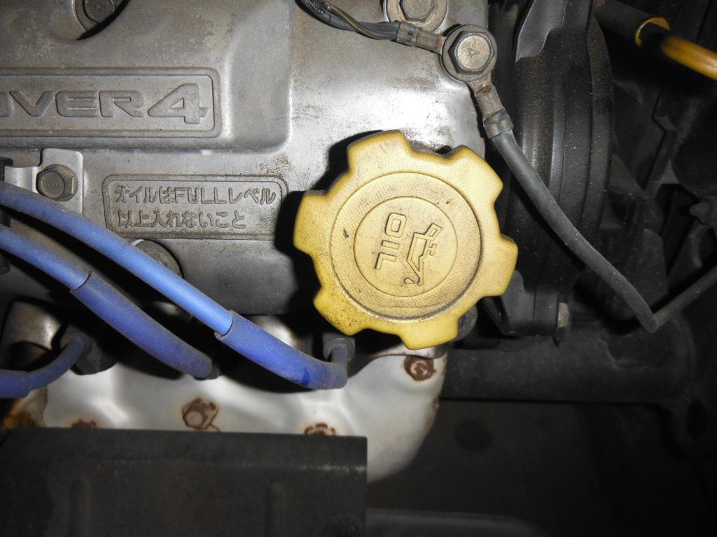 エンジンオイルの蓋を閉める。