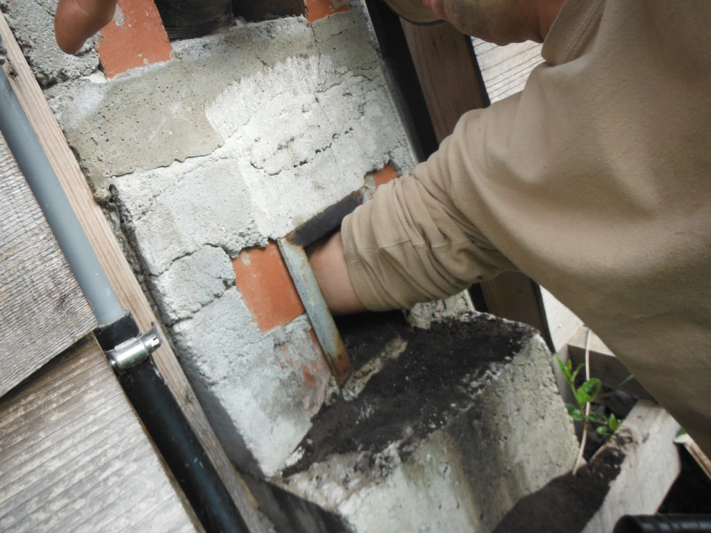 煙道掃除口に手を突っ込んで掃除。