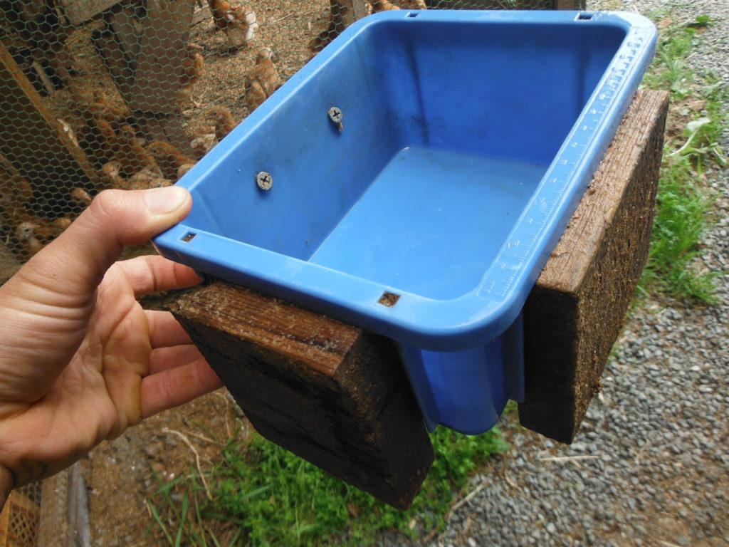 水飲み器を作る。