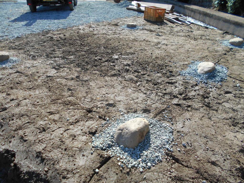基礎石を設置する。