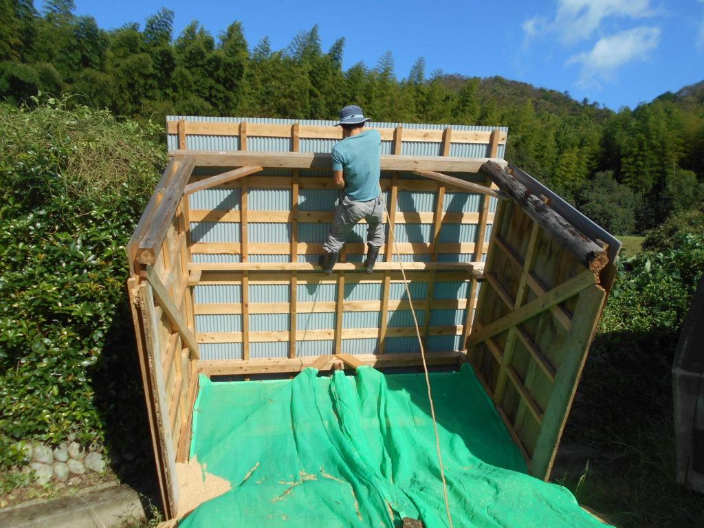 梁にロープを結びつかる。