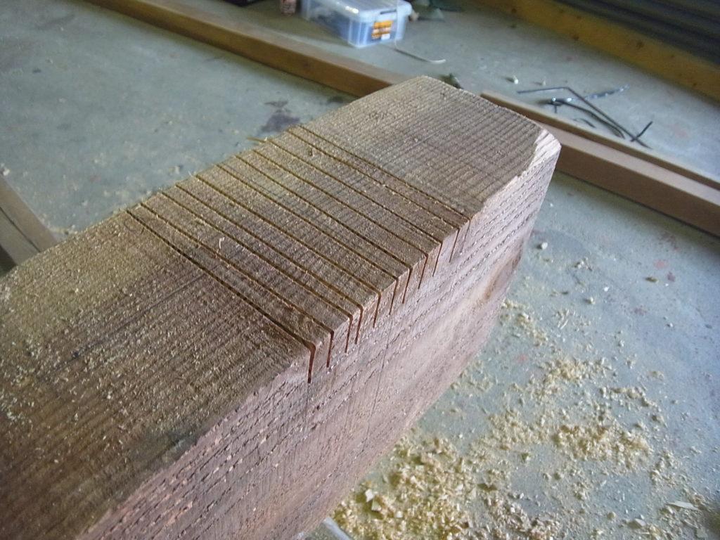 梁に、丸鋸で切り込みを入れる。