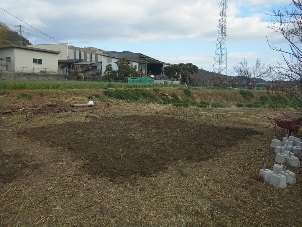 敷地に土を盛る。