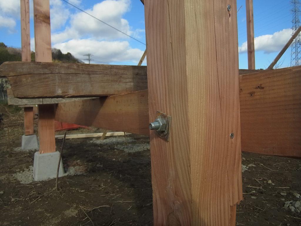 柱と角材をボルトで繋ぐ。