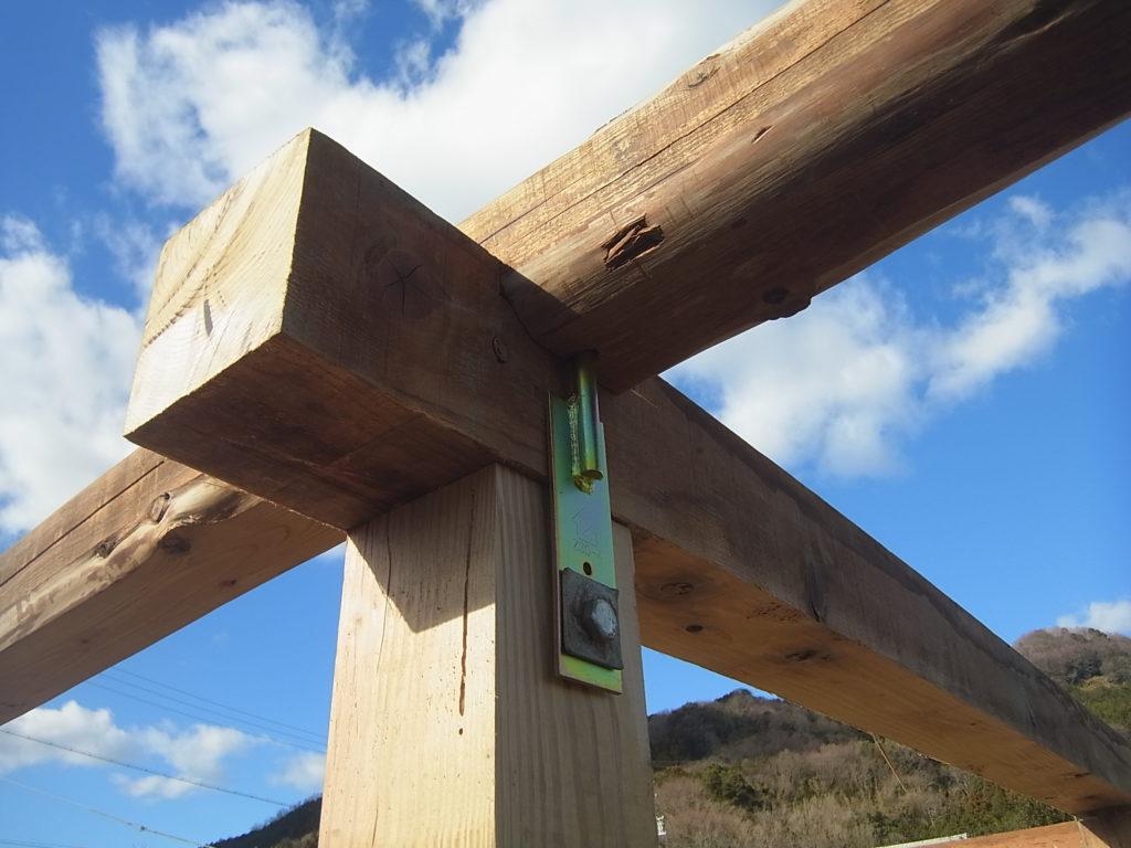 桁、梁、柱を羽子板ボルトで繋げる。
