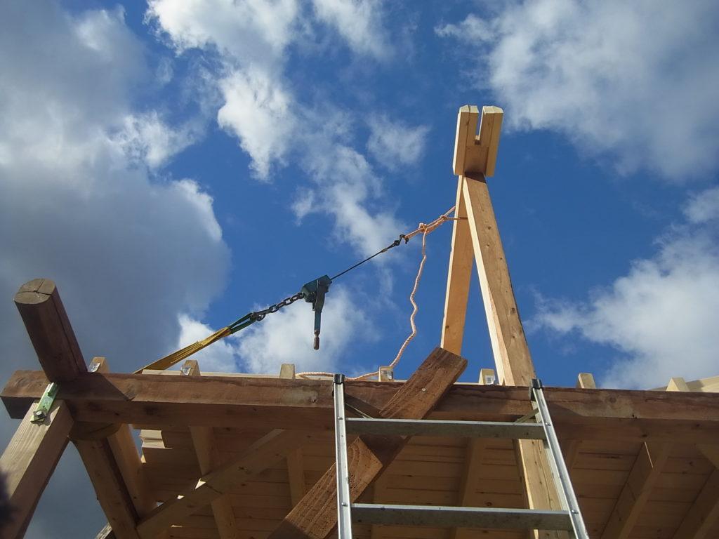 小屋束が垂直になるよう調整する。