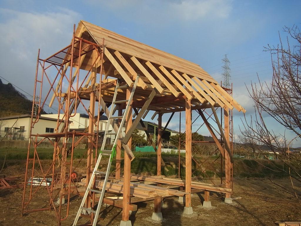 屋根の板を張る。