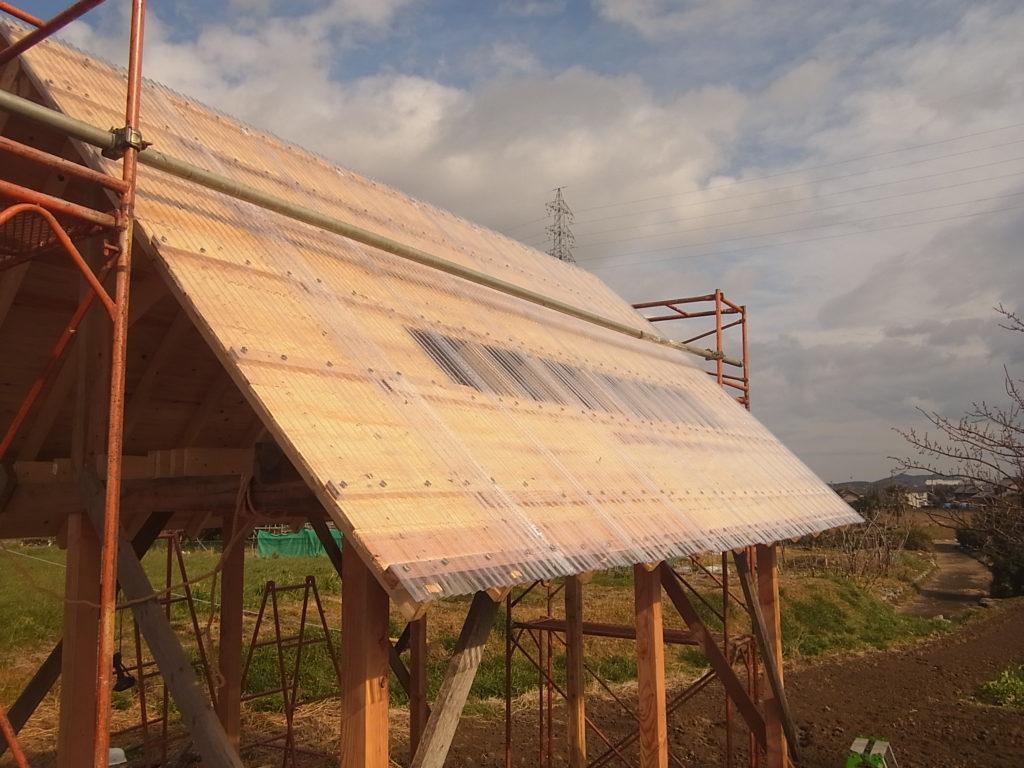 屋根に波ポリカを張る。