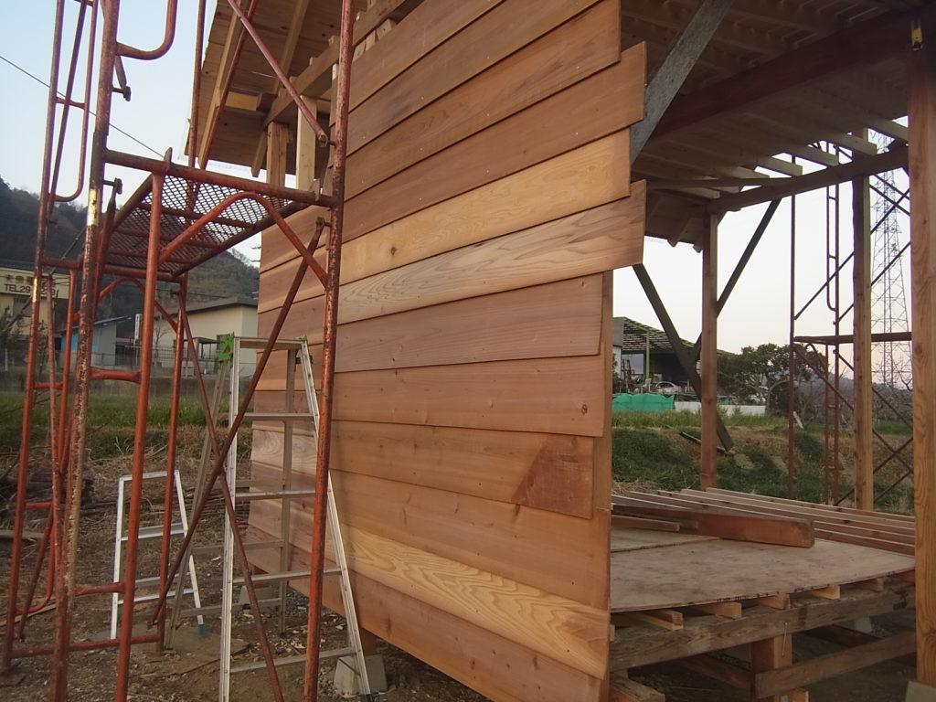 西の壁に、板を鱗状に張っていく。