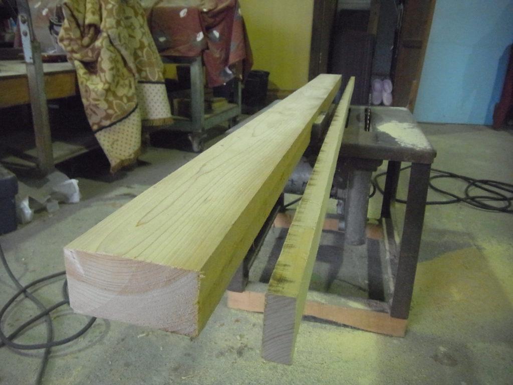 丸ノコで材の幅を揃える。