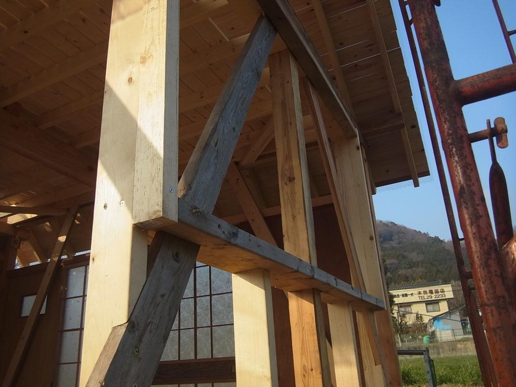 東側の窓枠を作る。