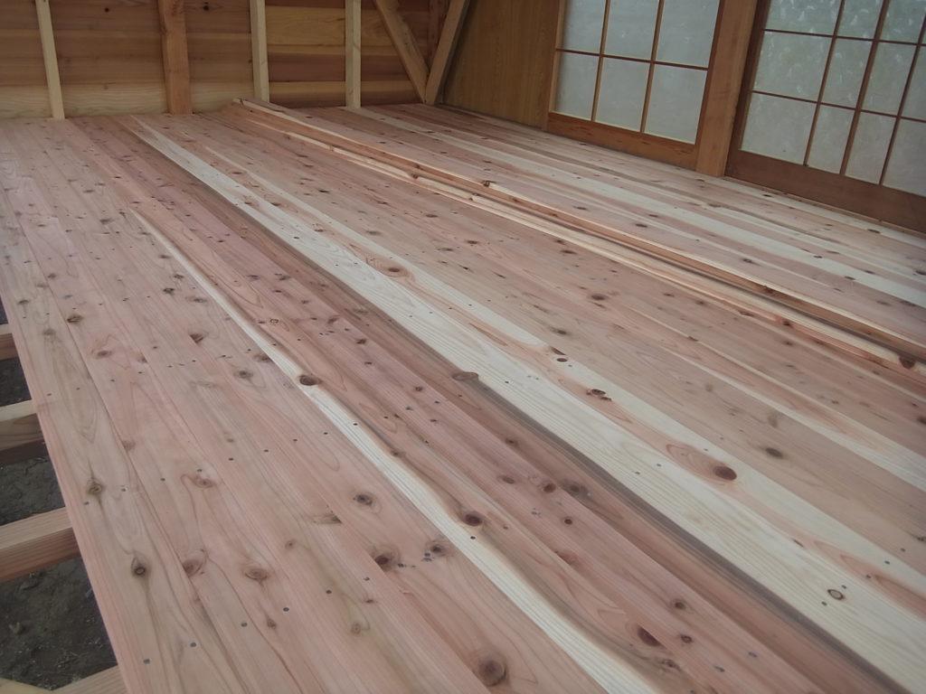 木の板の床を張る。