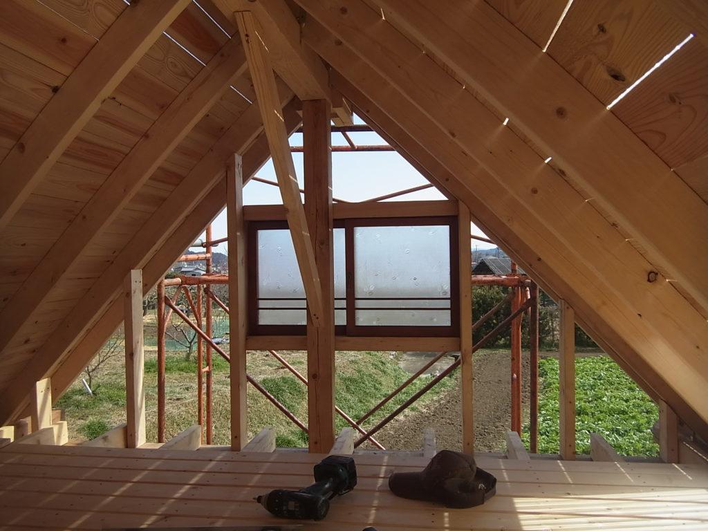 東のロフトの窓を設置する。