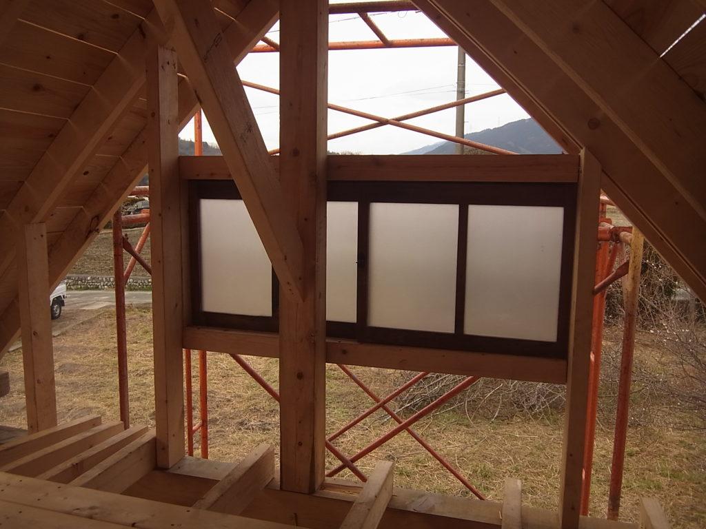 西のロフトの窓を設置する。