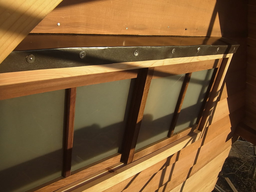 ロフトの窓が出来上がる。