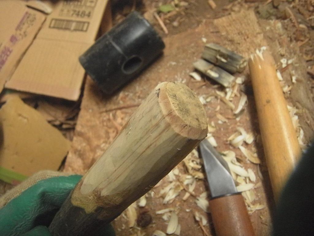 剪定枝を小刀で削って柄を作る。