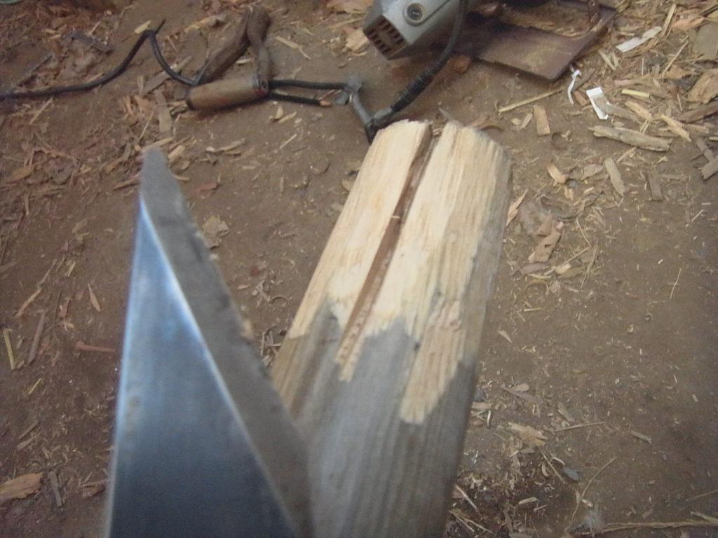柄を小刀で削る。