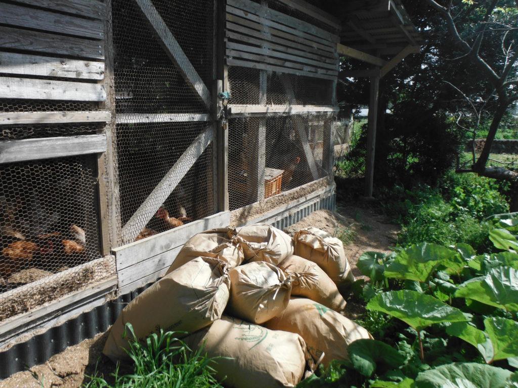 鶏糞堆肥を袋詰めする。