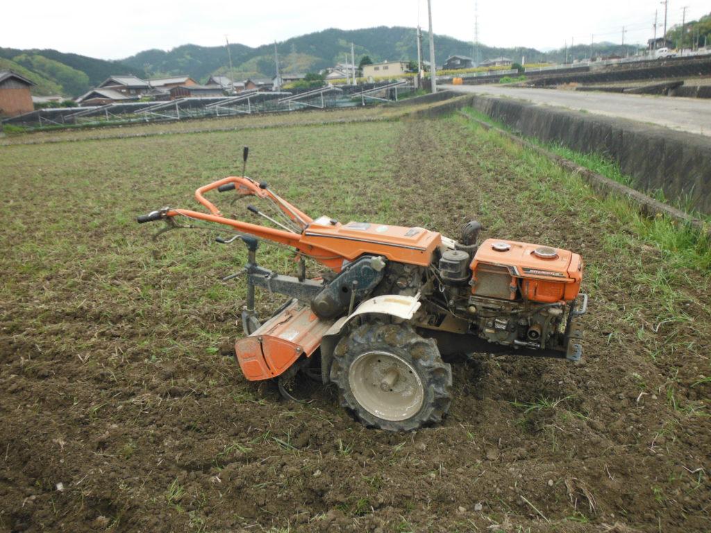 田んぼを耕す。
