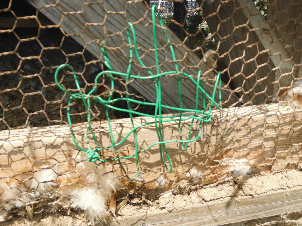 針金を使って、金網の穴をふさぐ。