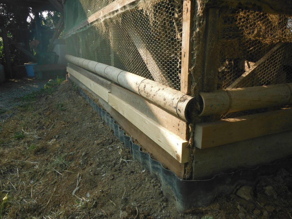 鶏小屋に竹の横桟を追加して、獣対策完了。