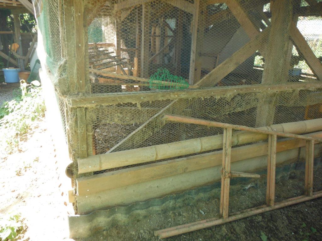鶏小屋の穴を針金で塞ぐ。
