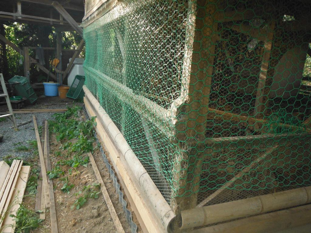 14番の金網を鶏小屋に張っていく。