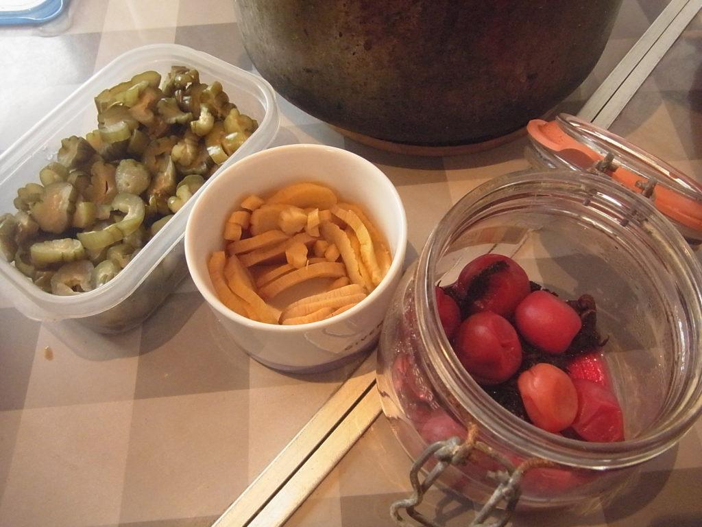 自家製漬物3種、きゅうりの古漬け、たくあん、梅干し。