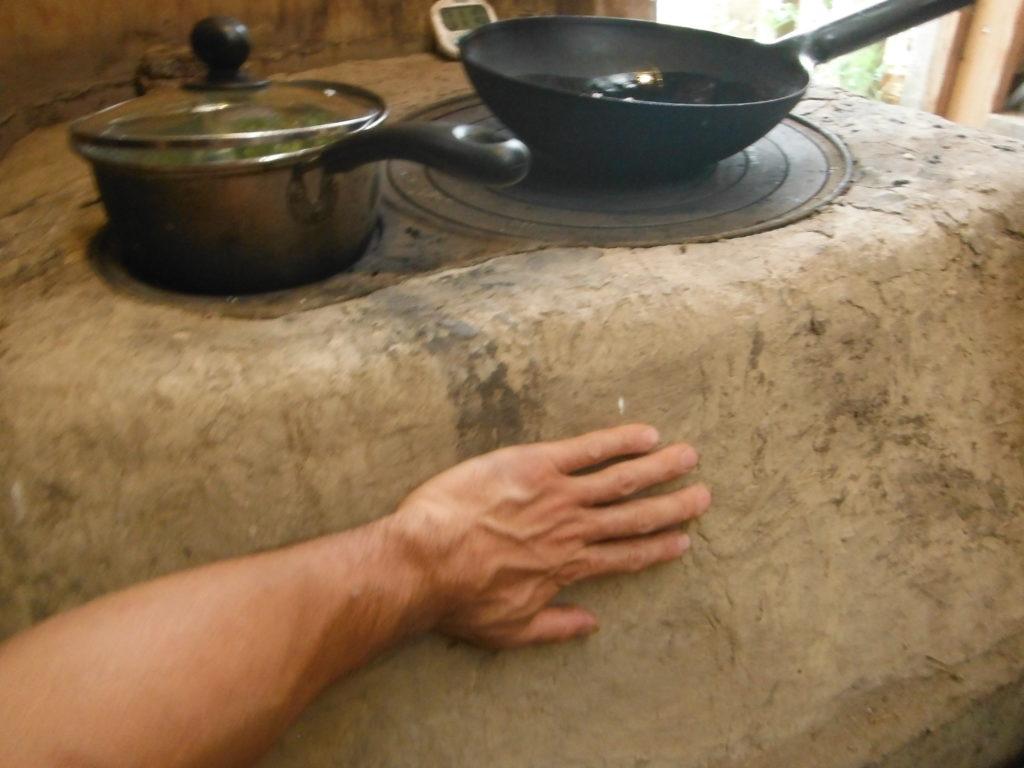 土間のおくどさんで薪調理。