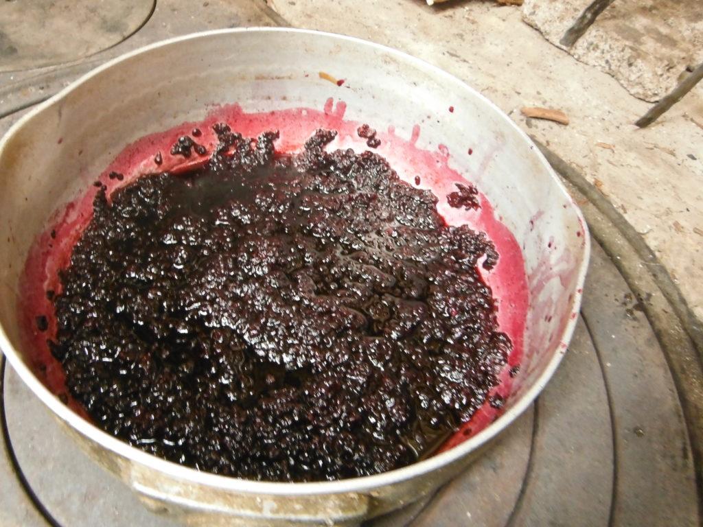 桑の実を煮詰める。