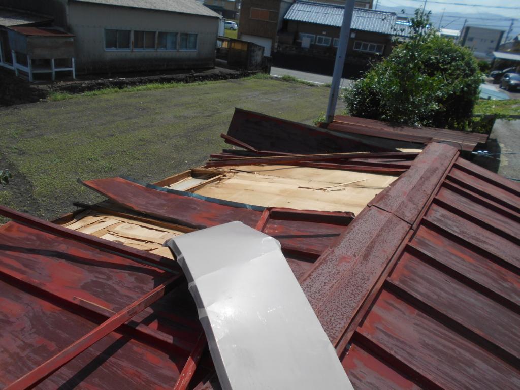 トタン屋根が剥がれる。
