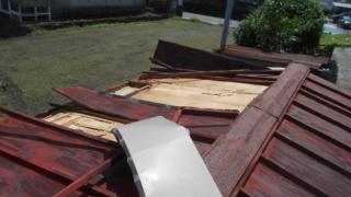屋根を自分で修理。