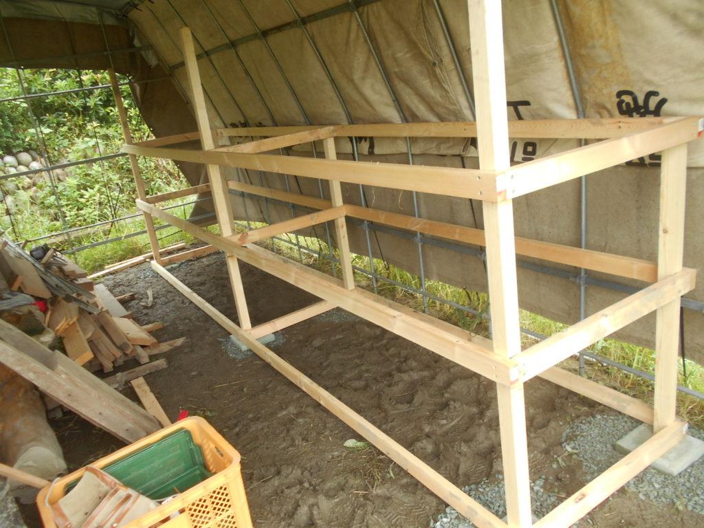 棚の骨組みを組み立てる。