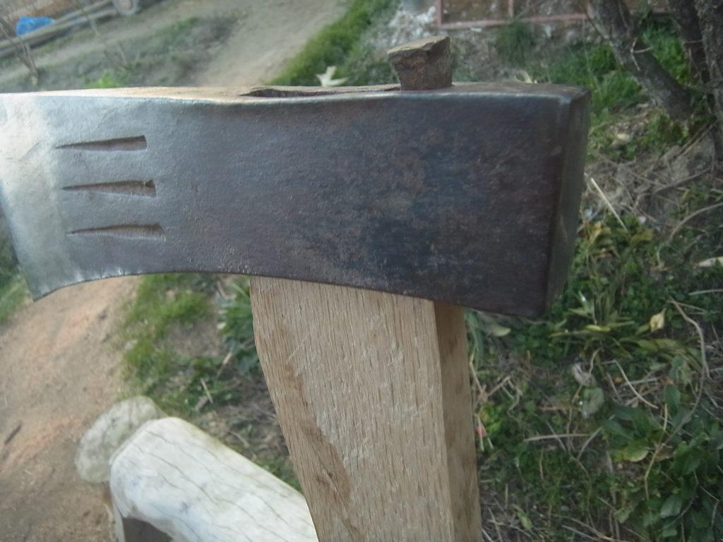 斧の柄の修理完了。