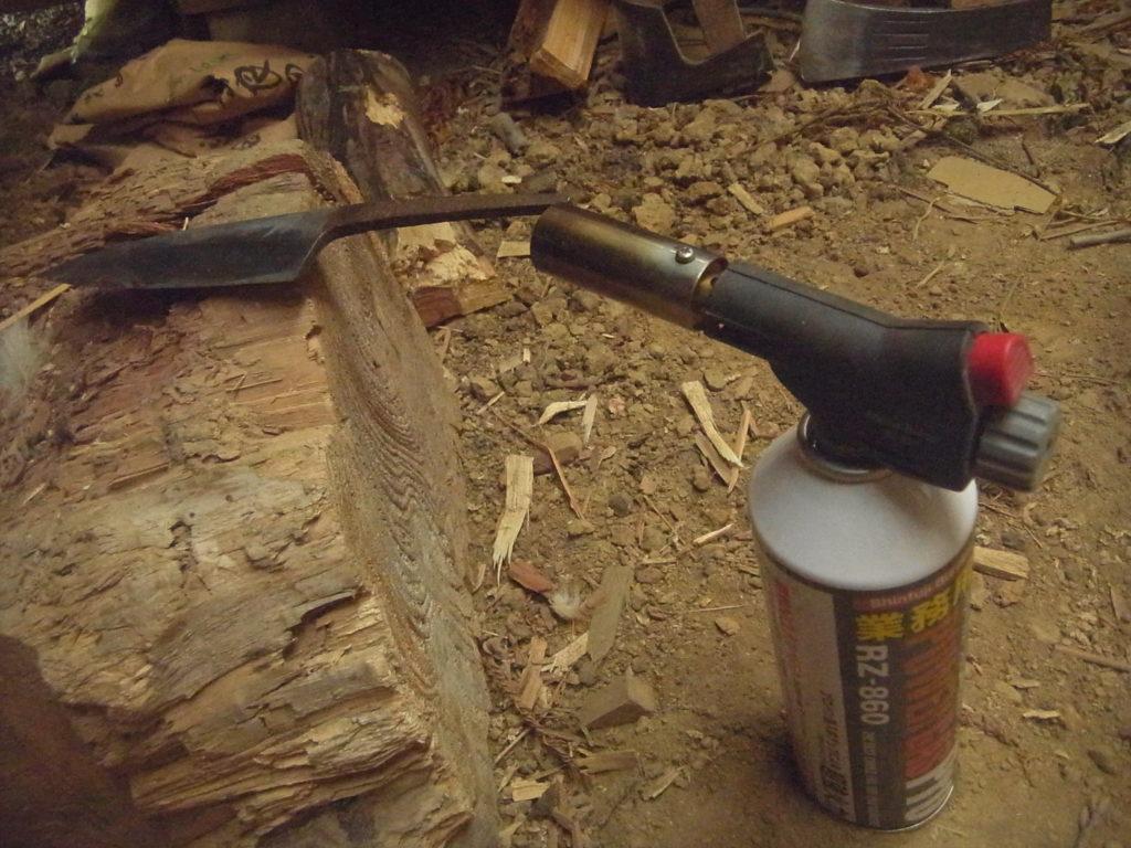 出刃包丁の中子の部分を熱す。
