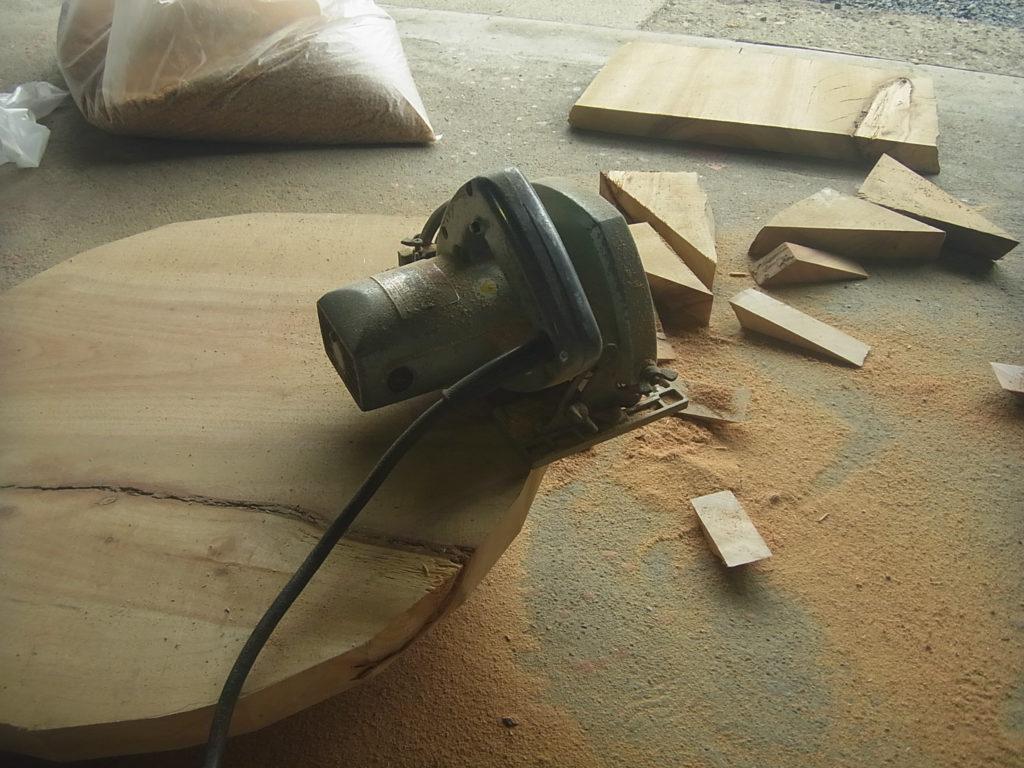 丸ノコで、板を丸く仕上げる。