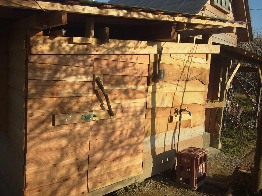 壁と扉をつけて、スモールハウスの土間が完成。