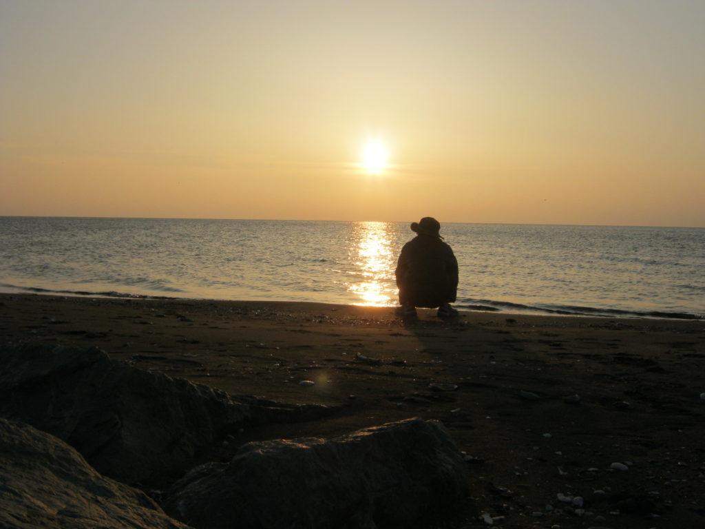 稚内市浜勇知の海に沈む夕日。