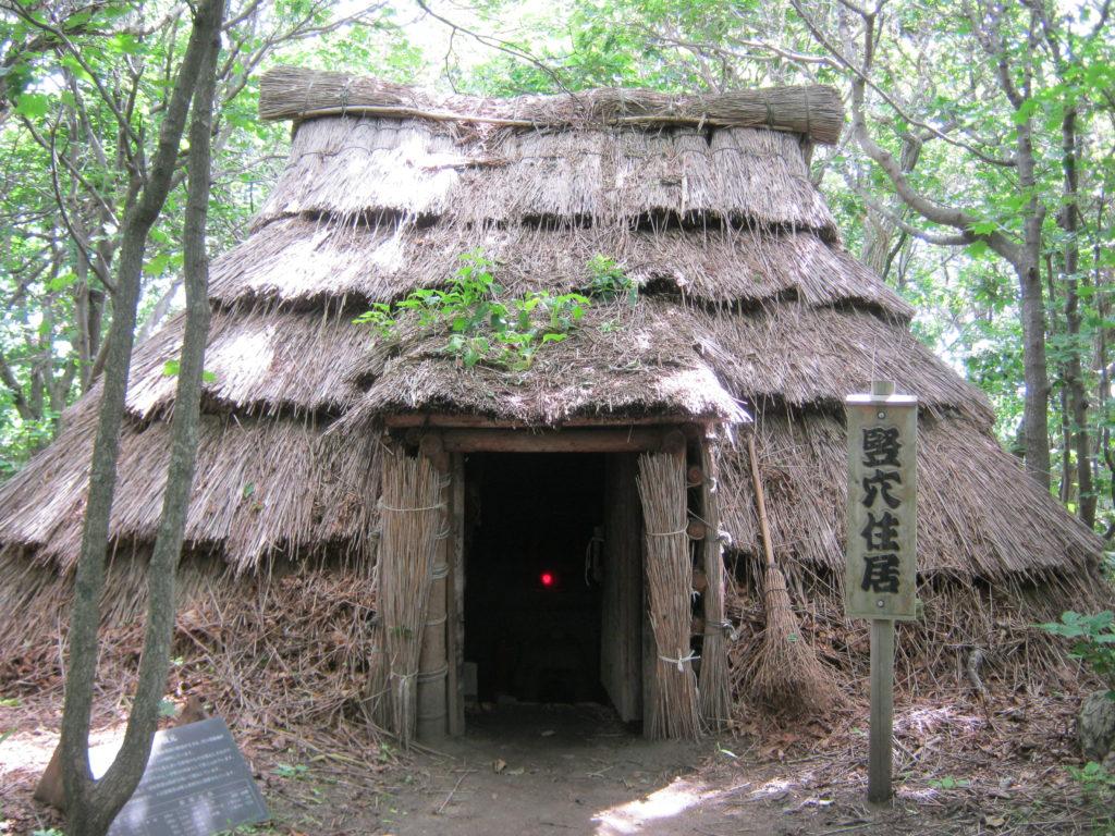 川口遺跡の竪穴式住居の復元。
