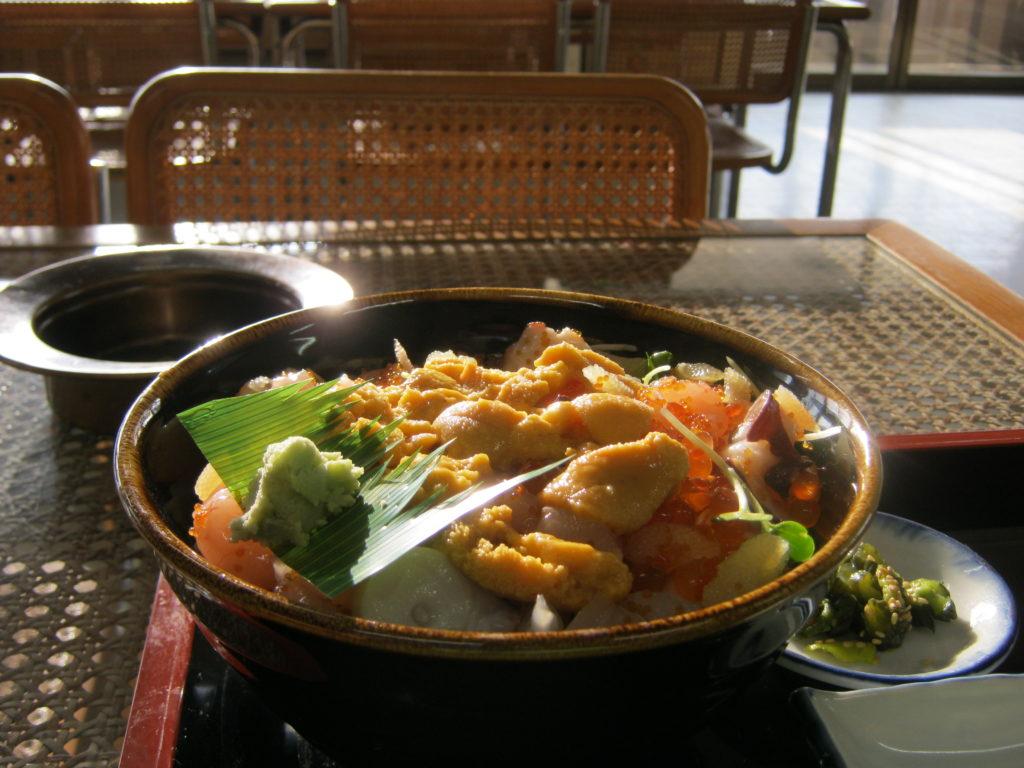 雄冬の食堂で、豪華まかない丼を食べる。