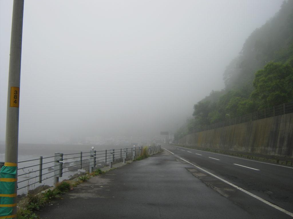 霧の中自転車を走る。