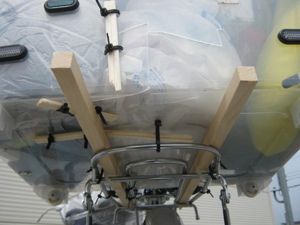 自転車の荷台に付けた箱を直す。