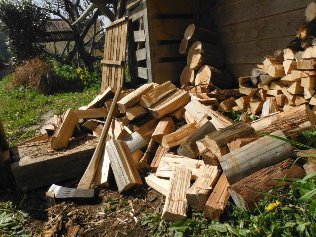 斧で薪割りする。
